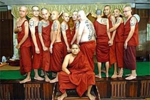 মিন মাও কুন এবং তার বন্ধুরা তাদের যাজকবৃত্তিতে বরণ করার অনুষ্ঠানে