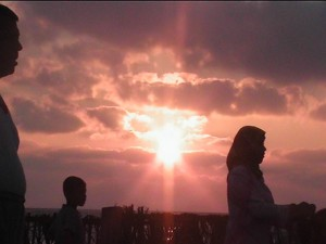 ব্লগার  সমুদ্রের তীরে তার পরিবারসহ একটি দিন উপভোগ করছে