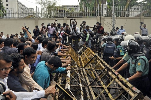 Police using barricades to prevent journalists from entering the Home Ministry premises. Image by Firoz Ahmed. Copyright Demotix (15/05/2012)