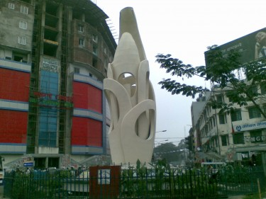 The building behind the sculpture was once the famous Gulistan Cinema Hall. Now its a clothes market. Image by Ranadipam Basu. Used with permission.