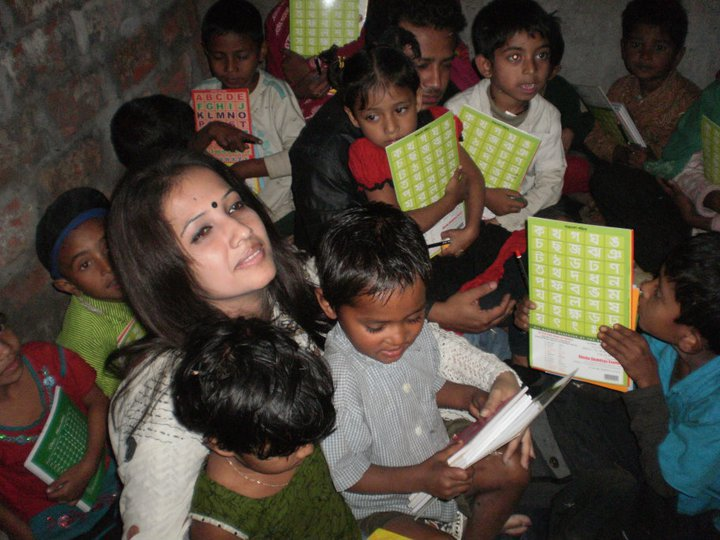 Lead Dreamer of Shawpno Rath - Shamima Nargis Shimu, with her students. Image taken from the group