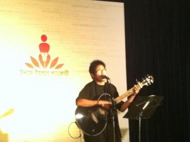 شایان مردوں کے رویے کے بارے میں کچھ گا رہے ہیں۔