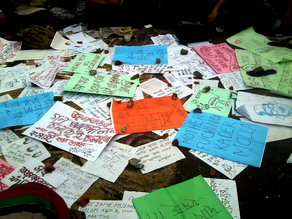Slogans and placards against war criminals
