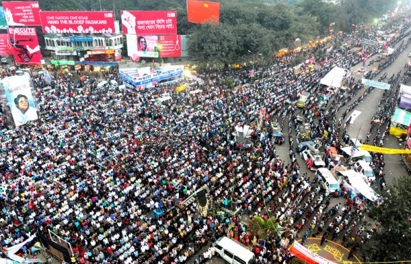 Shahbag crowd praying blogger Rajiv's janaza. Image by Mohammad Asad. Copyright Demotix (16/2/2013)