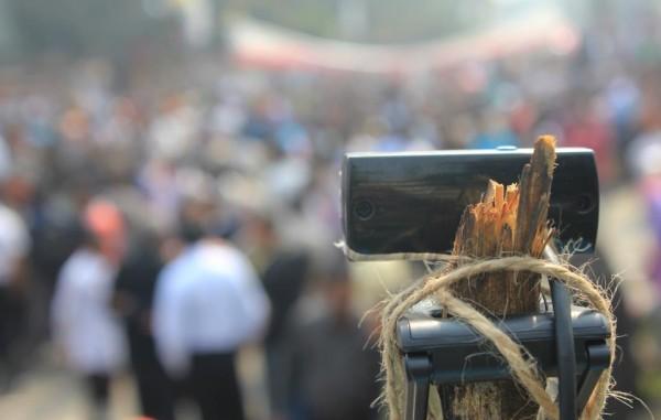 একটি মোবাইল ফোন দিয়ে লাইভ স্ট্রীমিং হচ্ছে। ছবির জন্যে কৃতজ্ঞতা - মাটির মানুষ।