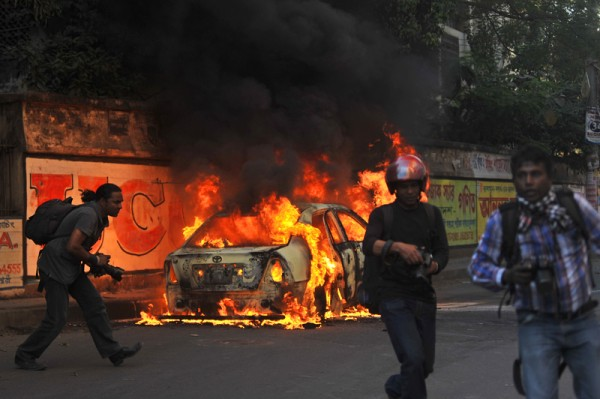Rioters in Santinagar set car on fire as riots continue. Image by Mohammad Asad. Copyright Demotix (2/3/2013)