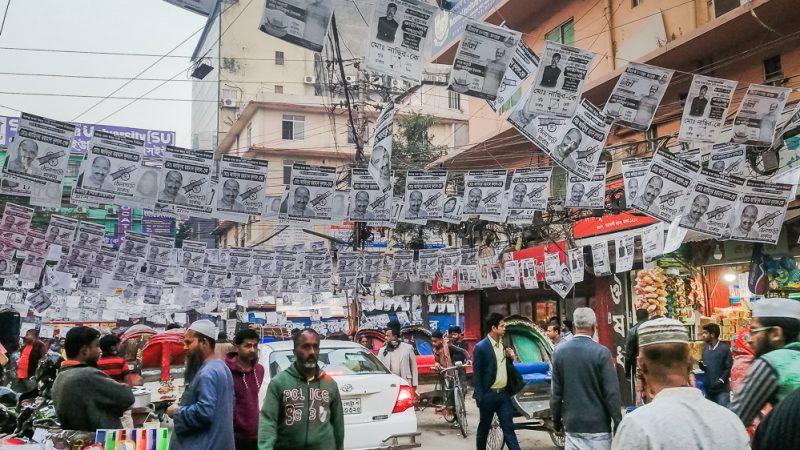 ঢাকা এখন পোস্টারের শহর। নগরের অলিগলিসহ সবখানে চোখে পড়বে পোস্টার। ছবি তুলেছেন সানিম হক। অনুমতি নিয়ে ব্যবহার করা হয়েছে।